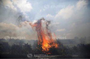 ملاحظات كاميرا تحمل وكالة رويترز على تغيير الشروحات المرفقة ببعض صورها الخاصة بالحرائق المفتعلة من الفلسطينيين
